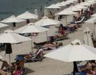 Με καφέ, ποτό και… τσουχτερά πρόστιμα στην παραλία – Τι θα γίνει με τη μουσική