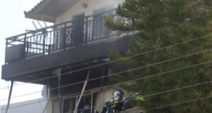 Φωτιά σε διαμέρισμα: Ανασύρθηκε νεκρή γυναίκα – Απεγκλωβίστηκαν ακόμα τέσσερα (Βίντεο)