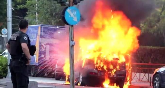 Δείτε το αυτοκίνητο στο Γαλάτσι να παίρνει φωτιά! – Απίστευτες εικόνες