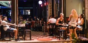 Κορωνοιός: Σε αυτές τις 15 περιοχές από σήμερα, μπαρ, κλαμπ, εστιατόρια θα κλείνουν τα μεσάνυχτα -Στο τραπέζι plan b, τι περιλαμβάνει
