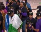 Με την ελληνική σημαία στην απονομή των Λέικερς ο Κώστας Αντετοκούνμπο