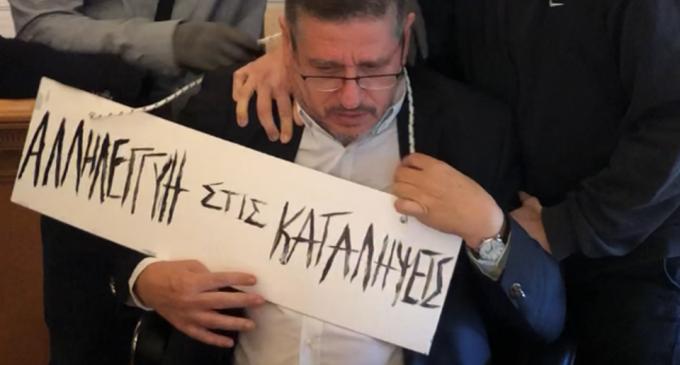 Σοκ: Τραμπούκοι πέρασαν ταμπέλα στον λαιμό του πρύτανη της ΑΣΟΕΕ