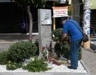 Γέμισε λουλούδια το μνημείο του Παύλου Φύσσα στο Κερατσίνι
