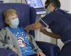 Ιστορική στιγμή: 90χρονη Βρετανίδα έκανε το πρώτο εμβόλιο κορωνοϊού