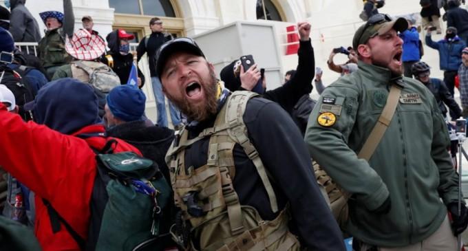 Καπιτώλιο: Σάλος με αστυνομικό που έβγαζε «σέλφι» με διαδηλωτή