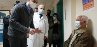 Τι είπε ο Μητσοτάκης στο εμβολιαστικό κέντρο στα Καμίνια