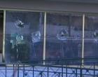 Έσπασαν τζάμια και εκτόξευσαν μολότοφ στο δημαρχείο Μοσχάτου