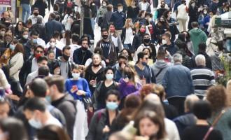 Μαζική έξοδος για ψώνια στο κέντρο της Αθήνας – Γεμάτη η Ερμού