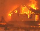 Φωτιά στα Βίλια: Ανεξέλεγκτες οι φλόγες – Αλλάζουν συνεχώς φορά οι άνεμοι – Καίγονται σπίτια εκτός οικισμού