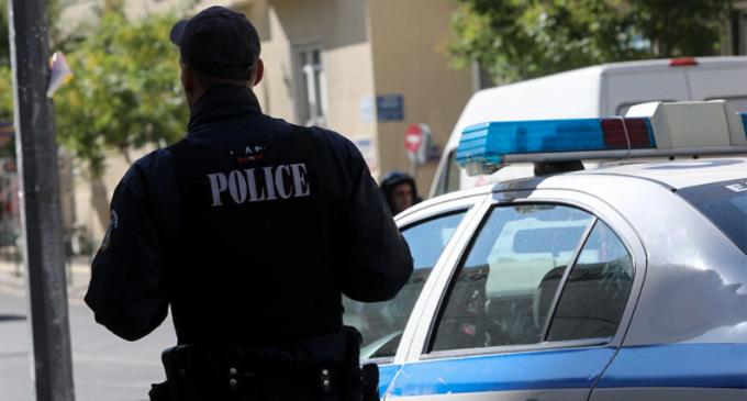 Εξάρχεια: Πιστόλια, χειροβομβίδες και σφαίρες βρέθηκαν σε διαμέρισμα – Ανήκαν σε τραγουδιστή που έχει πεθάνει