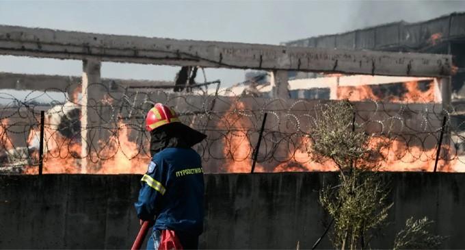Ασπρόπυργος: Μαίνεται η φωτιά σε εργοστάσιο ξυλείας