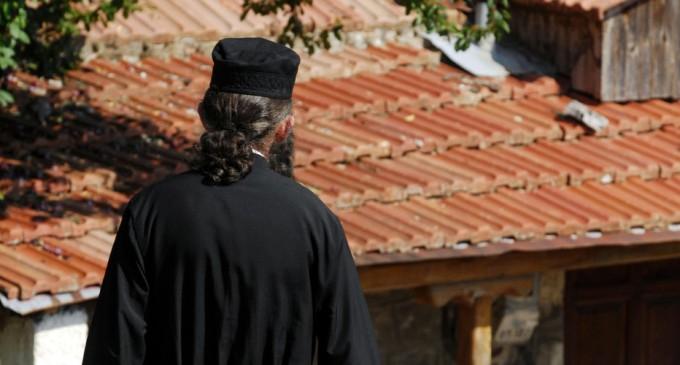Σοκ στη Λάρισα: Μάνα έδινε την κόρη της σε 80χρονο ιερέα για σεξ