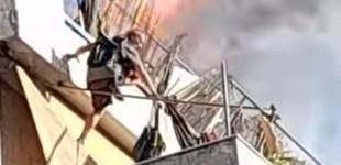 Φωτιά στον Κολωνό: Η στιγμή που ένας ένοικος πηδά στον από κάτω όροφο