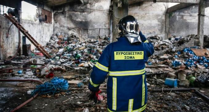 Φωτιά σε εργοστάσιο στη Μάνδρα – Νεκρός ένας άντρας