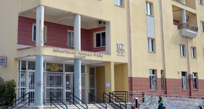 Εισβολή κουκουλοφόρων στο ΙΚΑ – Κατηγορούν γιατρό για σεξουαλική κακοποίηση
