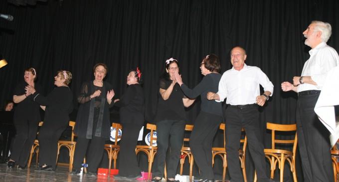 Θεατρική παράσταση από τα μέλη των 11 κέντρων αγάπης και αλληλεγγύης στον Πειραϊκό Σύνδεσμο