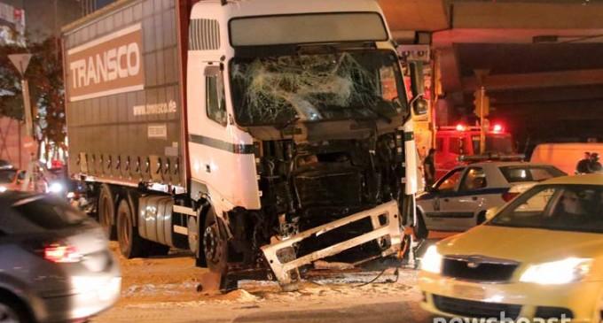 Σύγκρουση νταλίκας με έξι ΙΧ στην Πέτρου Ράλλη: Επτά τραυματίες, ένας σοβαρά (φωτο)