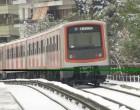 Χιόνια στην Αθήνα: Μέχρι «Ειρήνη» ο Ηλεκτρικός – Με προβλήματα τα λεωφορεία