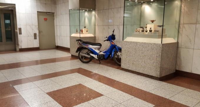 Απίστευτος οδηγός: Πάρκαρε το μηχανάκι του μέσα στον σταθμό του μετρό «Πανεπιστήμιο»