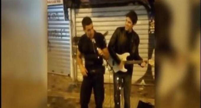 Αυτός είναι ο αστυνομικός που τραγούδησε στο Μοναστηράκι