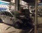 Αυτοκίνητο καρφώνεται σε καθαριστήριο στον Κολωνό!