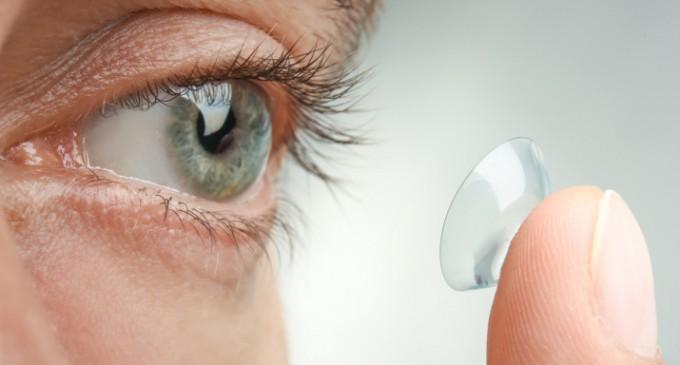 Γιατί πρέπει να σταματήσουμε να φοράμε φακούς επαφής εν μέσω κορωνοϊού – Γιατρός εξηγεί