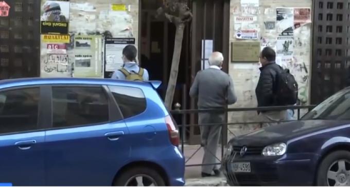 Ουρές, θερμομέτρηση και αστυνομία έξω από το υποθηκοφυλακείο Αθηνών