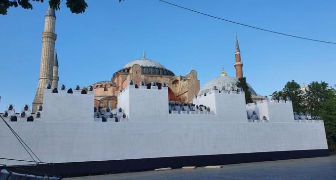 Οι Τούρκοι στήνουν σόου μπροστά από την Αγιά Σοφιά – Ετοιμάζουν φιέστα για την Αλωση και θα διαβάσουν το Κοράνι