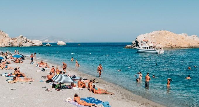 Παραλίες: Μεταδίδεται ο κορωνοϊός από την άμμο και τη θάλασσα; – Τι απαντούν ειδικοί
