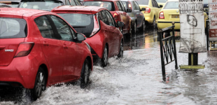 Σφοδρή καταιγίδα «χτυπά» την Αττική – «Άσπρισαν» δρόμοι από το χαλάζι στην Χαλκιδική