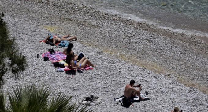 Γεμίζουν οι παραλίες -Προσοχή στους ηλικιωμένους και σε αυτούς με βεβαρημένη υγεία συνιστά το Λιμενικό