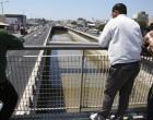 Απίστευτο: Ψαρεύουν κέφαλους στον ποταμό Κηφισό! -Από την πεζογέφυρα στο ύψος του Ρέντη