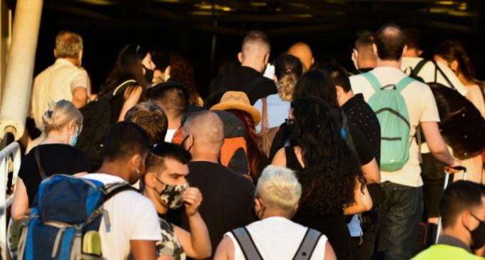 Ανησυχία για τους εκδρομείς: 7ήμερη «καραντίνα» για όσους επιστρέφουν από διακοπές, συστήνουν οι ειδικοί