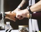 Ψαλίδι στις εισφορές: Πώς μοιράζεται η ελάφρυνση ανάμεσα σε εργαζόμενο και εργοδότη