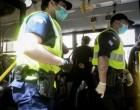 Aστυνομικοί έβγαλαν «σηκωτό» άνδρα από λεωφορείο επειδή δεν φορούσε μάσκα (βίντεο)