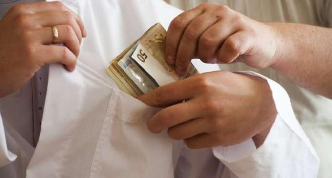 Χειροπέδες σε γιατρό μεγάλου δημόσιου νοσοκομείου για «φακελάκι»