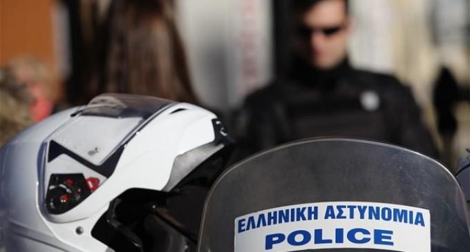 Καταδρομική επίθεση στον Πειραιά – Φθορές σε αυτοκίνητα, καμένα μηχανάκια και ένας τραυματίας
