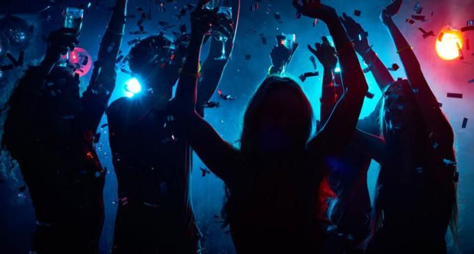Απίστευτο: Ξέφρενες «covid-19 βραδιές» στα διαμερίσματα της Αθήνας -Προσκλήσεις μέσω social media