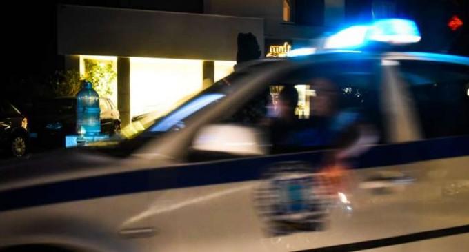 Επίθεση με μολότοφ σε περιπολικό στα Πετράλωνα