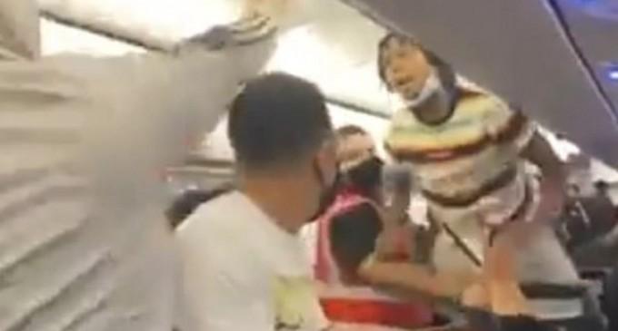 Απίστευτο ξύλο σε πτήση λόγω μιας γυναίκας που αρνήθηκε να φορέσει μάσκα, η αστυνομία χρησιμοποίησε teaser