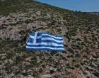 O Δήμος Γλυφάδας τοποθέτησε τεράστια ελληνική σημαία 800 τετραγωνικών στον Υμηττό