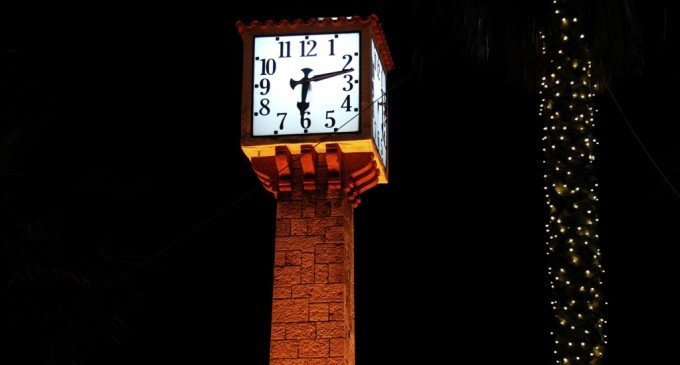 Το Πέτρινο Ρολόι στο Πασαλιμάνι φωτίστηκε πορτοκαλί σε μια συμβολική δράση για την καταπολέμηση της ενδοοικογενειακής βίας