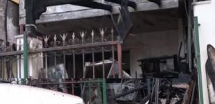 Φωτιά σε σπίτι στο Αιγάλεω: Κάηκε ολοσχερώς – Κινδύνευσαν ηλικιωμένοι (Βίντεο)
