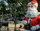 Στη Γλυφάδα ο δήμος στόλισε έναν τεράστιο Άγιο Βασίλη με μάσκα