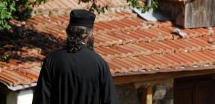 Ιερέας χάκερ έκλεβε τραπεζικούς λογαριασμούς και μοίραζε τρόφιμα σε άπορους