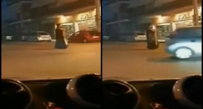 Παπάς στην Ηλιούπολη βγήκε στον δρόμο και θυμιάτιζε τους περαστικούς (βίντεο)