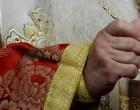Ιερέας κοινωνούσε πιστούς και δέχθηκε πρόστιμο 1500 ευρώ – Κάνει έρανο για να μαζέψει το ποσό