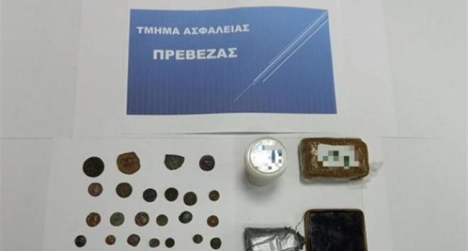 Έπιασαν στον Πειραιά άνδρα με αρχαία νομίσματα και ναρκωτικά – Συμμετοχή της Ασφάλειας Πατρών