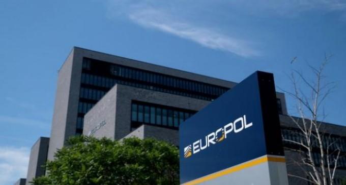 Δεκάδες συλλήψεις από τη Europol σε τρεις χώρες – Κατασχέθηκαν 100.000 ευρώ και πάγωσαν 11 τραπεζικοί λογαριασμοί