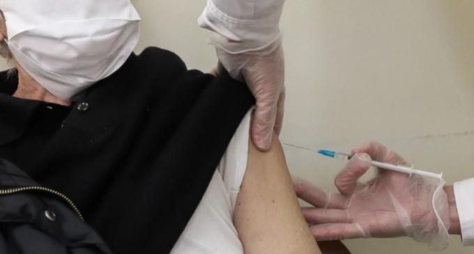 Βουλή: Τροπολογία για χορήγηση προσωρινού ΑΜΚΑ σε πολίτες για να εμβολιαστούν